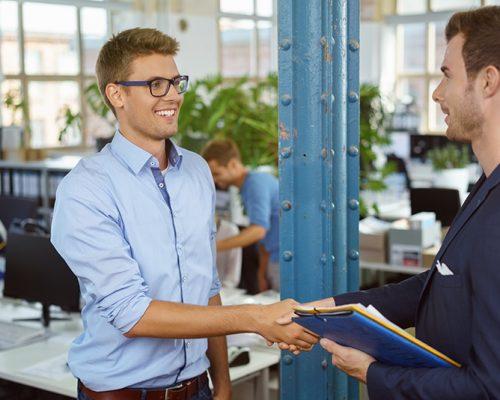 männer im büro geben sich die hand